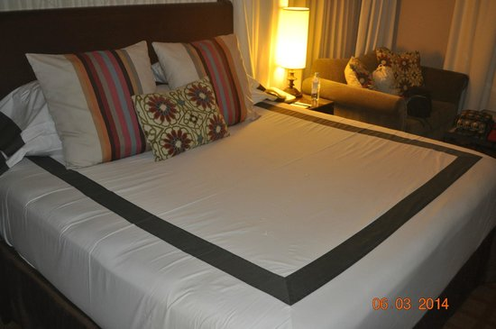River Terrace Inn, A Noble House Hotel: Appearance of Bed upon entry