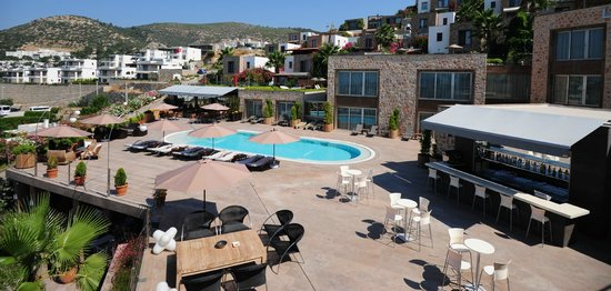 LVZZ Hotel Spa: Outdoor Pool and Bar Area