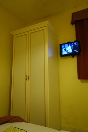 Villa Rosa Hotel: closet and tv