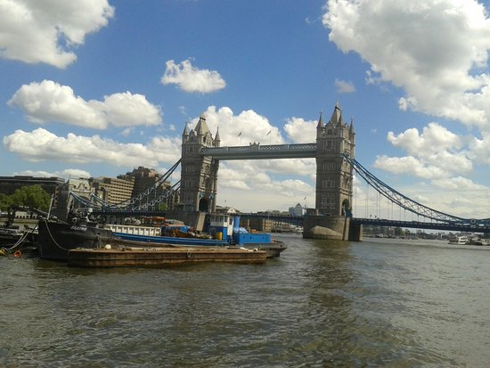 Puente Tower Bridge: From far