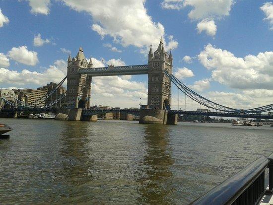 Puente Tower Bridge: View across the river