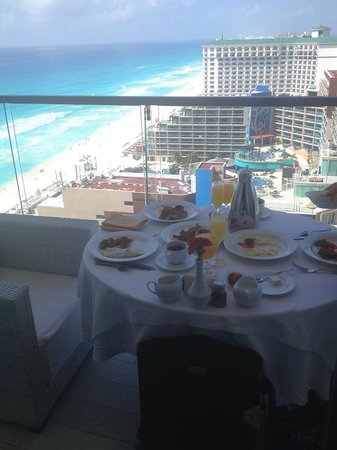 Secrets The Vine Cancún: breakfast on our balcony!