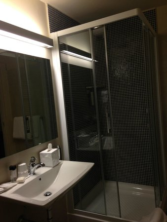 I Portici Hotel : doccia molto ampia e comoda