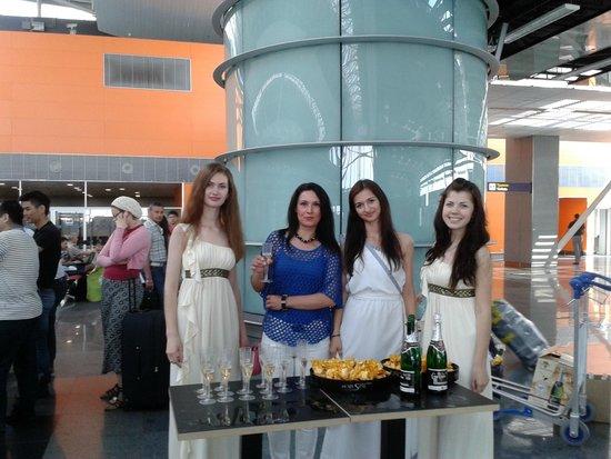 Iliada Beach Hotel : Так Музенидис провожает туристов в аэропорту