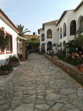 Iliada Beach Hotel : Проход через территорию отеля с пляжа в деревню