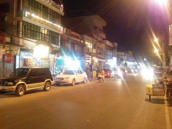 Mekong Riverside Park: the shops nearby