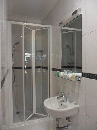 London House Hotel: small double room bathroom