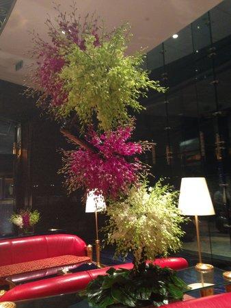 Burj Al Arab Jumeirah: flowers in the entrance