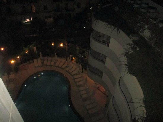 Aquila Porto Rethymno : night picture of hotel from first floor