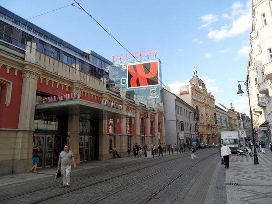 Ibis Praha Old Town: L'hotel e l'ingresso del Palladium