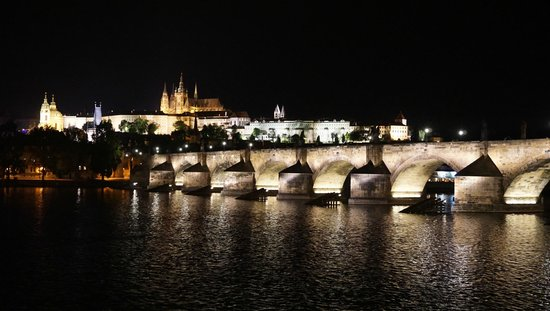 Château de Prague : Evening view of Charles Bridge and Prague Castle
