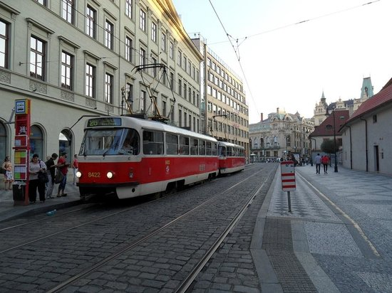 Ibis Praha Old Town: Fermata del tram davanti l'hotel