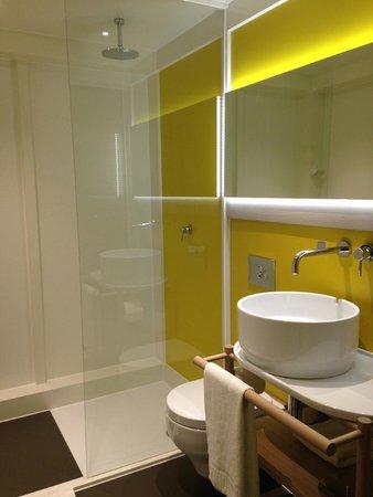 Qbic Hotel London City: lavabo