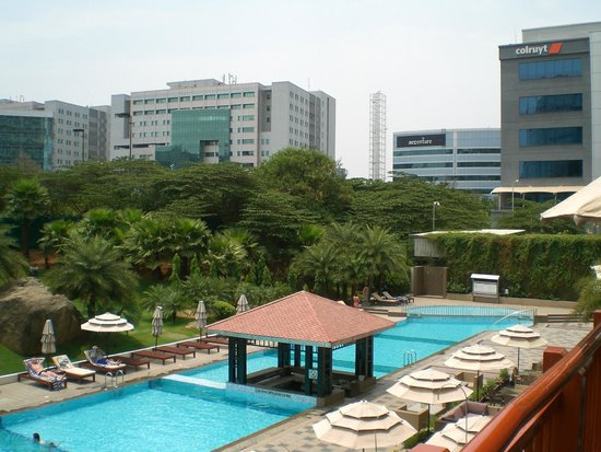 The Westin Hyderabad Mindspace : Vista da Piscina e Jardins