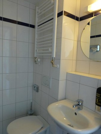 A & O Hotel & Hostel Friedrichshain: Bad V608