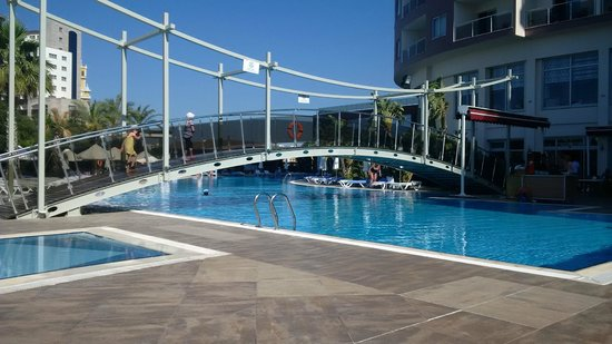 Saturn Palace Resort : Piscine + pont