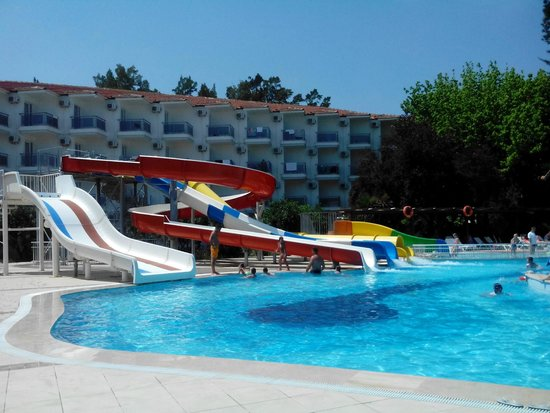 Atlantique Holiday Club: НА большом бассейне. Горки