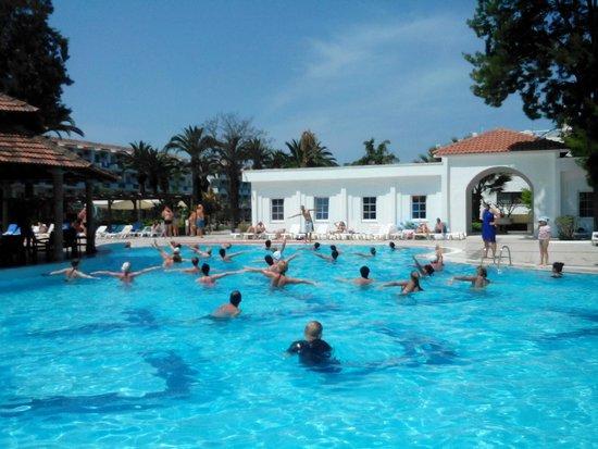 Atlantique Holiday Club: На большом бассейне аква аэробика
