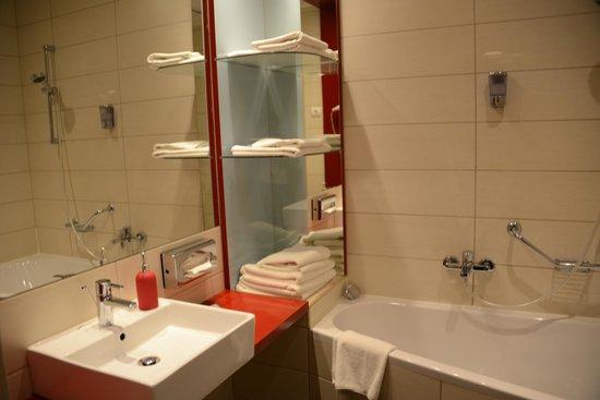 Promenade City Hotel: Banheiro.