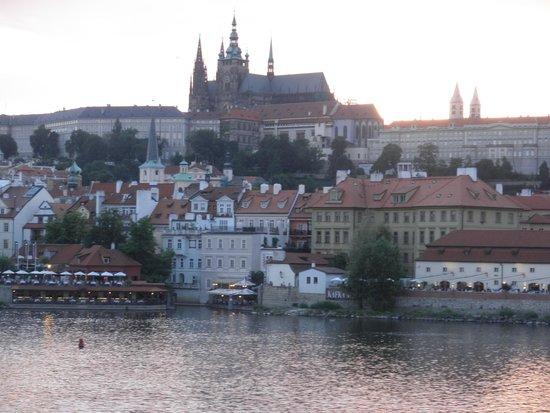 Marina Ristorante : 夏の夕暮れのプラハ城