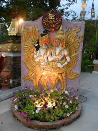 Khum Khantoke Chiangmai: Sourire avec un collègue