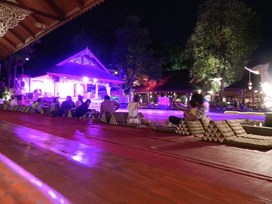 Khum Khantoke Chiangmai: Tables extérieures