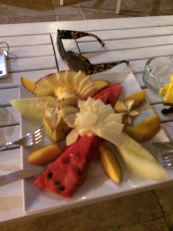 Bodrum Nova Suites Hotel -All İnclusive: Yummy fruit we got at the hotel! Such lovely presentation