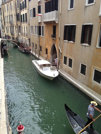 Hotel Ai Reali di Venezia: View from the bedroom window