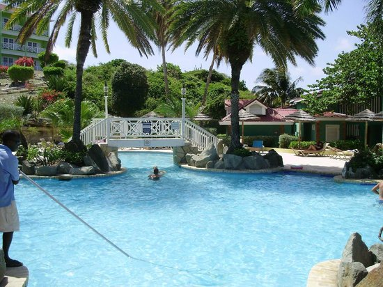Pineapple Beach Club Antigua : A great place to enjoy the warm water....