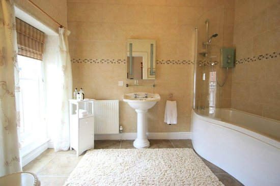 Victoria House B&B: Whirlpool bathroom en suite for superior double room.