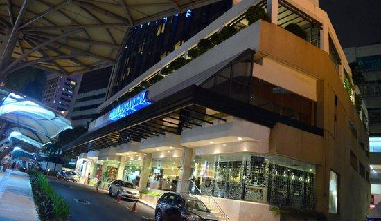 Melia Kuala Lumpur: Night view of the Hotel