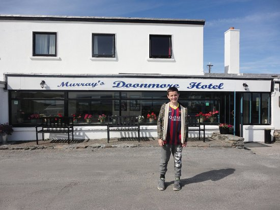Doonmore Hotel: The welcoming front of the Hotel