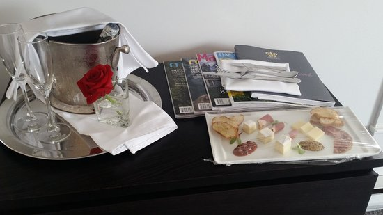 Relais & Chateaux Camden Harbour Inn: Welcome hors d'oeuvres and champagne in room upon arrival