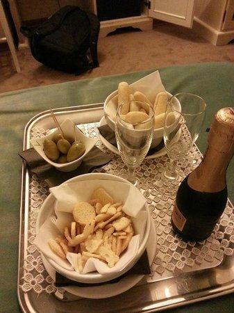 Hotel Gattapone: Aperitivo di benvenuto in camera superior