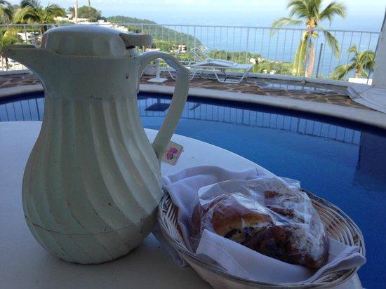 """Las Brisas Acapulco: El desayuno """"especial"""" y las condiciones de higiene de la jarra. El paisaje de fondo es muy buen"""