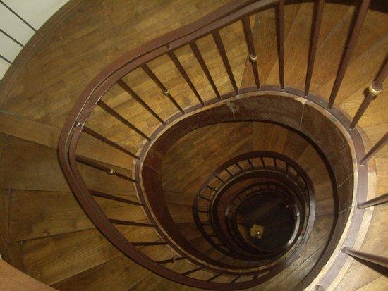 Hotel Lux: Вид с 3-го этажа на лестнице