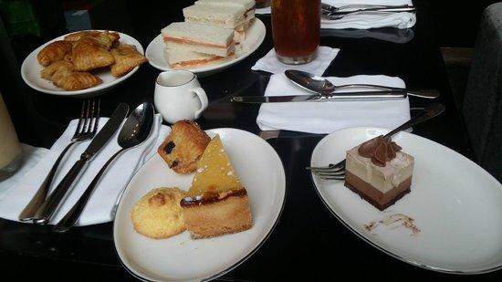 New World Makati Hotel: Finger sandwich, empanadas