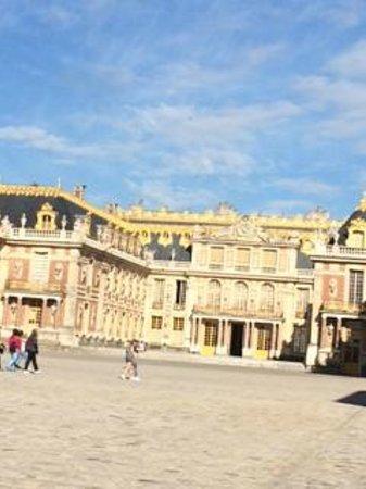 Château de Versailles : Versailles from the front Gate