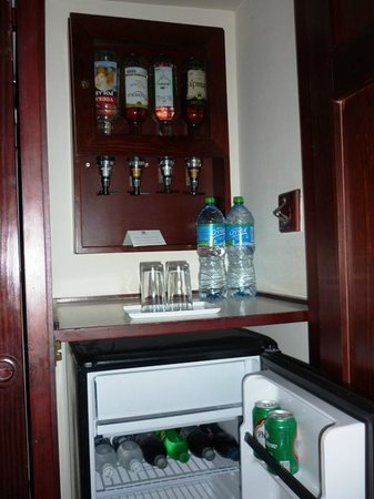 Foto de clubhotel riu bambu punta cana mini bar de la for Habitacion familiar riu bambu