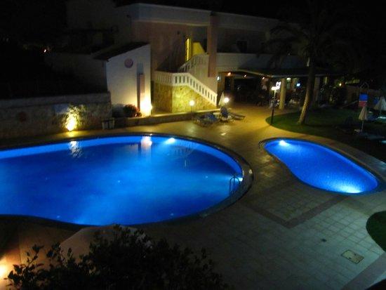 Hotel Adelais : piscine in notturna