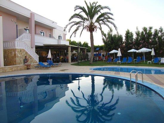 Hotel Adelais : bar e piscina