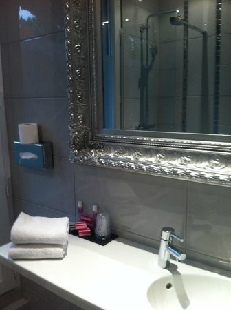 La Villa Nice Victor Hugo: modern, clean bathroom