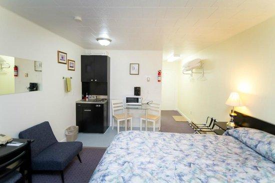 Creston Valley Motel: King bed kitchenette unit