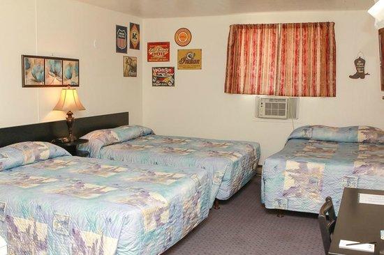 Creston Valley Motel : three bed unit with a kitchenette