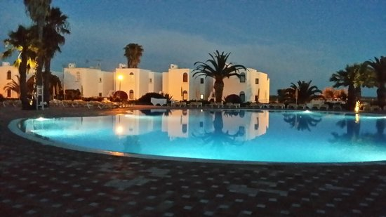 Golden Clube Cabanas : Large pool night