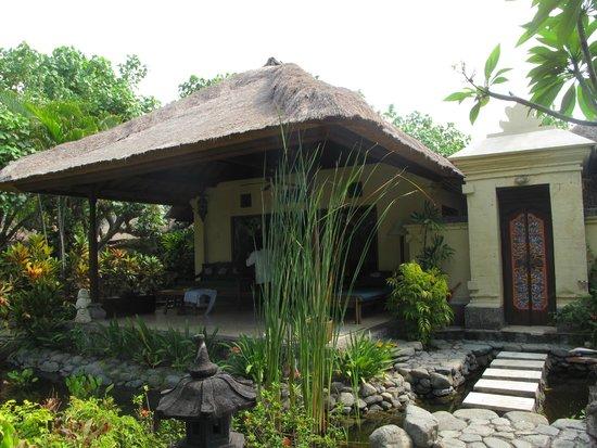 Taman Sari Bali Resort & Spa : the beach front suite