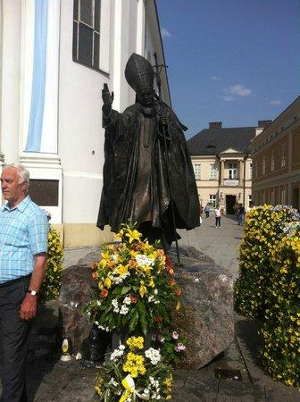 Family Home of John Paul II: Estatua