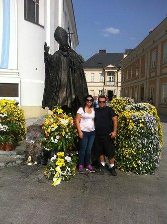 Family Home of John Paul II: Estatua em homenagem ao Papa