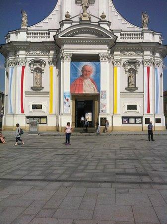 Family Home of John Paul II: Praça onde esta gravado os paises visitados pelo Papa
