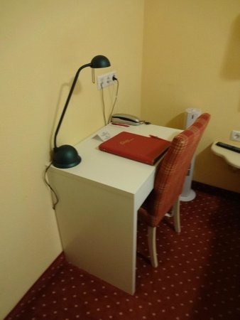 Parkhotel Brunauer: Desk in the room